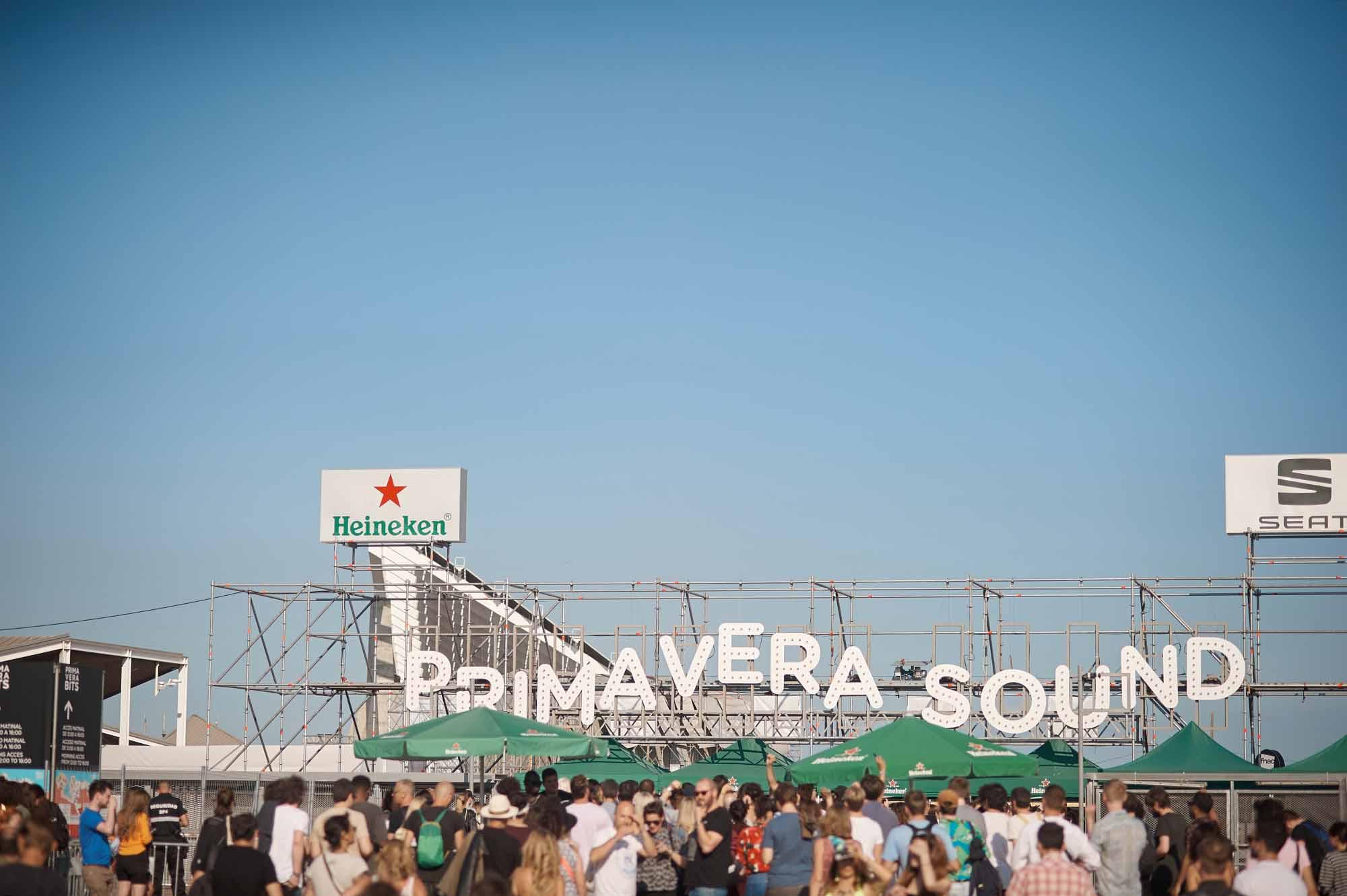 Il Primavera Sound nasce a Barcellona nel 2001 dove anche quest'anno si svolgerà dal 30 maggio al 2 giugno 2019. Ma sono già da un po' di anni che una versione poco più piccola si tiene in Portogallo a Porto con il nome di Nos Primavera Sound che si terrà dal 6 all'8 giugno 2019.
